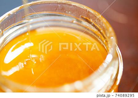 瓶詰めハチミツのイメージ背景素材 74089295