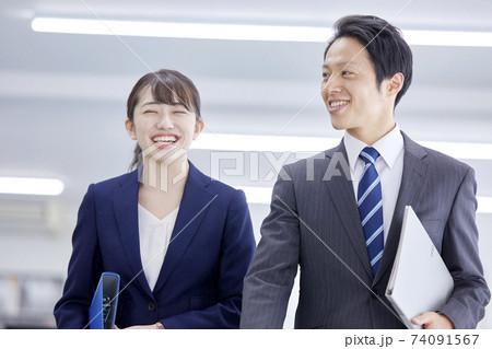 笑顔のビジネスマンとビジネスウーマン 74091567