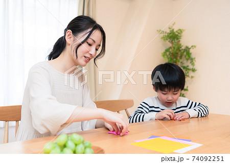 折り紙をする親子 74092251