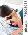 肩を痛がる女性 74098955