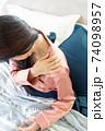 肩を痛がる女性 74098957
