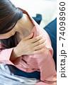 肩を痛がる女性 74098960