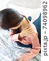 肩を痛がる女性 74098962