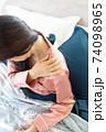 肩を痛がる女性 74098965