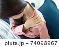 肩を痛がる女性 74098967