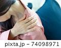 肩を痛がる女性 74098971