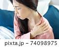 肩を痛がる女性 74098975
