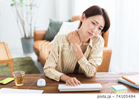 自宅でテレワークすることに疲れを感じるミドルのビジネスウーマン 74105494