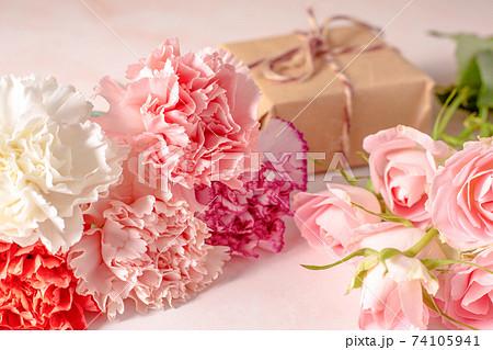 パステルカラーの花束とプレゼント 74105941