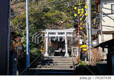 神奈川県鎌倉市 御霊神社(権五郎神社)と江ノ電の踏切 74107436