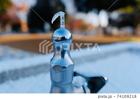 寒さで凍ってしまった屋外の飲料水の水道 74109218