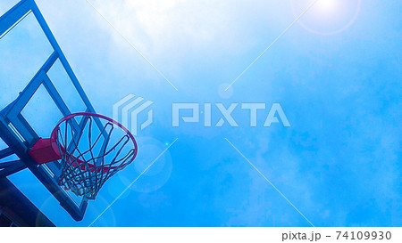 青空の中のバスケットボールのゴール 74109930