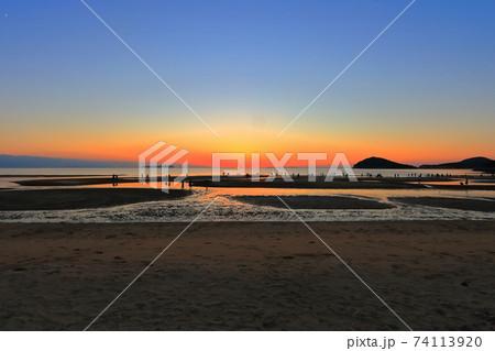 【香川県】父母ヶ浜(ちちぶがはま)の夕景 74113920