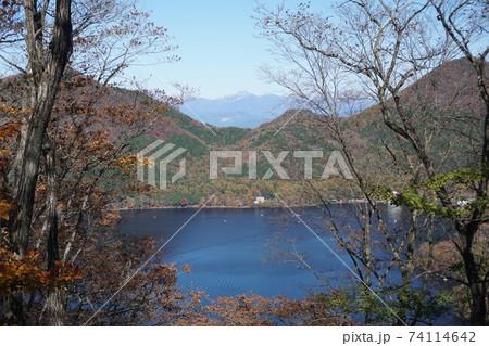 ハイキング道から見る榛名湖と冬山 74114642