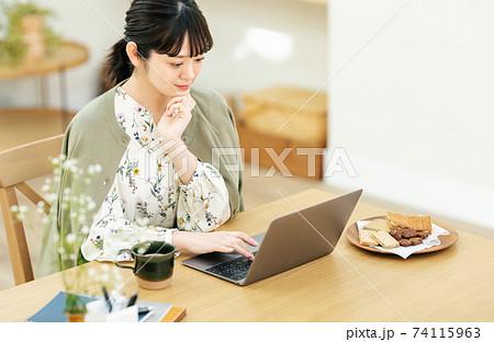 自宅でテレワークをする若い女性 74115963
