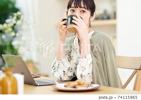 コーヒーを飲んでまったりする女性 74115965