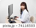 白衣を着てパソコンでリモート診療する女医 74116503