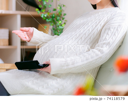 ネックレスを手に取る妊婦 4:3 74118579