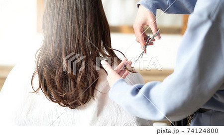 女性の髪をカットをする美容師の手元 74124800
