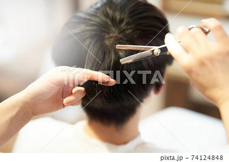 お客の髪を切るスタイリストの手元 74124848
