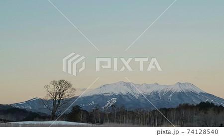 早朝の雪景御嶽山(御岳山)・信州から撮影 74128540