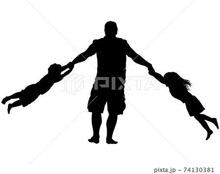 二人の子供と回転する父親のシルエット 74130381