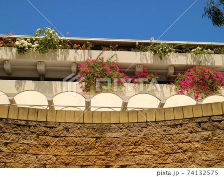 パース市内の花で飾った住宅のベランダ 74132575
