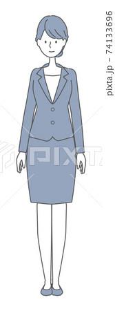 まっすぐ立つスーツを着た女性 74133696
