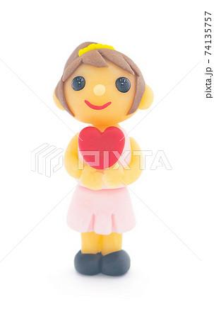 ハートを持つ女の子 粘土で作った人形 74135757