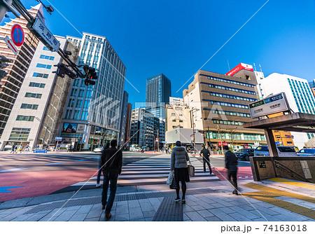 日本の東京都市景観 淡路町の交差点や都営地下鉄・小川町駅、東京メトロ・淡路町駅(出入口) 74163018