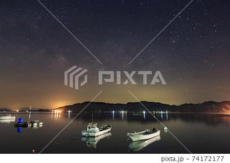 瀬戸内の春の星空 漁港の空に流れる天の川 74172177