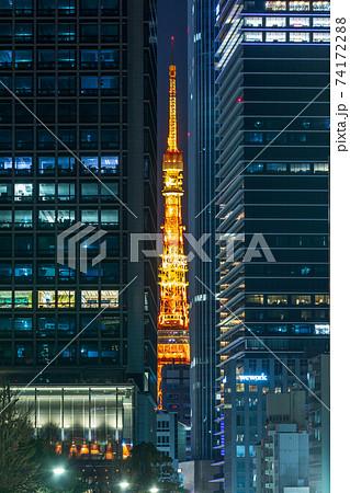 夜景「東京都」ビルの隙間から見える東京タワーライトアップ 74172288