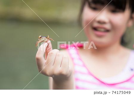 夏を楽しむ女の子 74175049