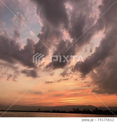ミャンマーのインレー湖の美しい壮大なサンセットの風景 74175612