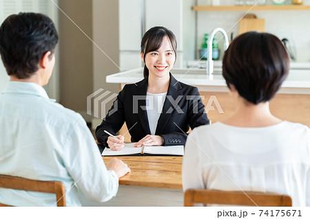 夫婦 ビジネス カップル ミドル リビング 保険 金融 74175671