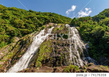 青空と日差しに映える日本の滝百選大川の滝。屋久島 74176308