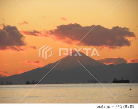 稲毛海岸から見た東京湾を隔てた富士山と夕焼け 74179589