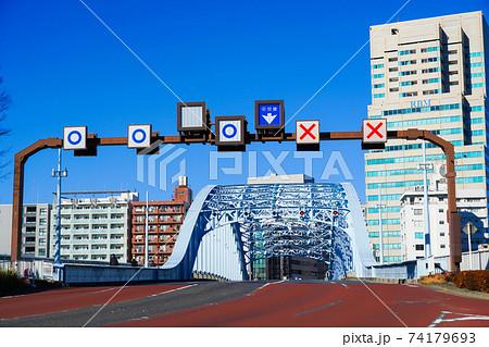 リバーシブルレーン(中央車線変移) 可変標識 東京 永代通り 74179693
