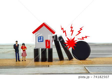 マイホームのローンが破綻するイメージ ドミノが倒れてマイホームに寄りかかり今にも崩壊するイメージ 74182507