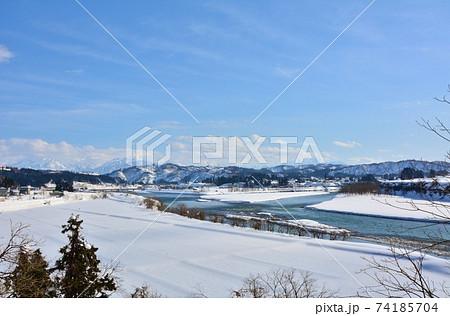 越後川口牛ヶ島を流れる信濃川・魚野川雪景色風景 74185704