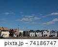青空の下にのどかな空気に包まれて建ち並ぶ新興住宅街 74186747
