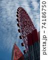 青空と雲に見守られて空高く映える赤色の観覧車 74186750