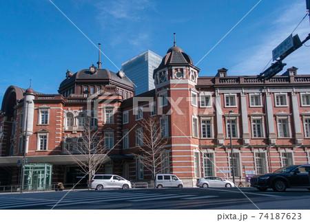 東京駅丸の内駅舎と東京駅南口の風景 74187623