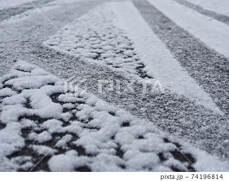 道路に積もった雪についたタイヤの跡 74196814