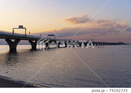 海上を走る高速道路のある夕景(東京湾アクアライン) 74202735