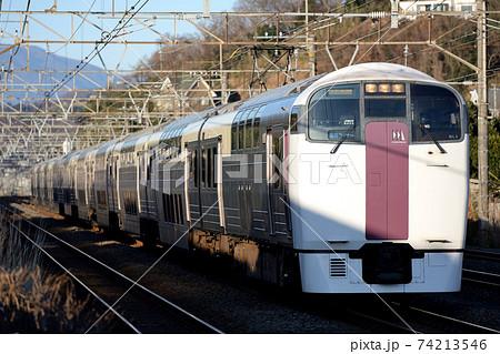 早朝の東海道線を行く215系湘南ライナー10両 74213546