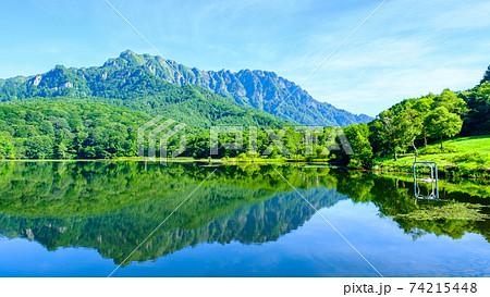 鏡池と戸隠山(夏) 74215448