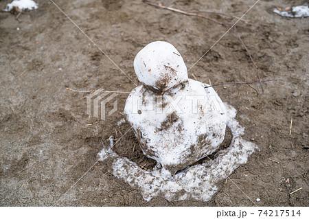 泥だらけで溶けそうな雪だるま 74217514