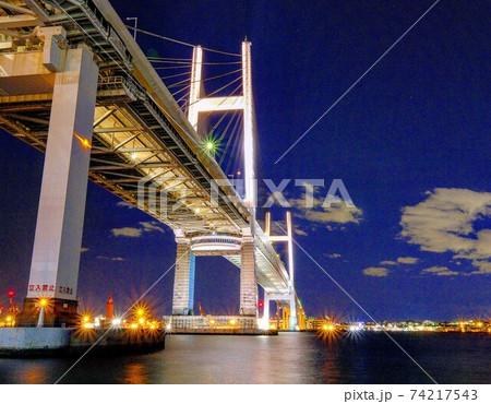 快晴の日没後のベイブリッジの全体写真 74217543