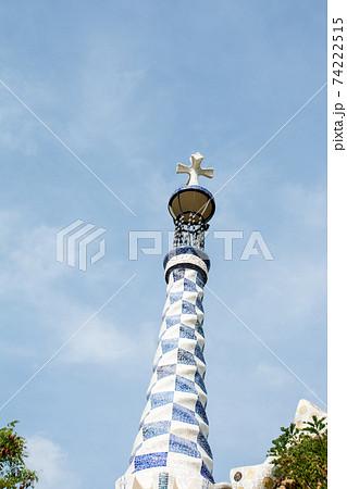 スペインバルセロナのグエル公園にある鮮やかなタイル張りの飾りのついた塔 74222515